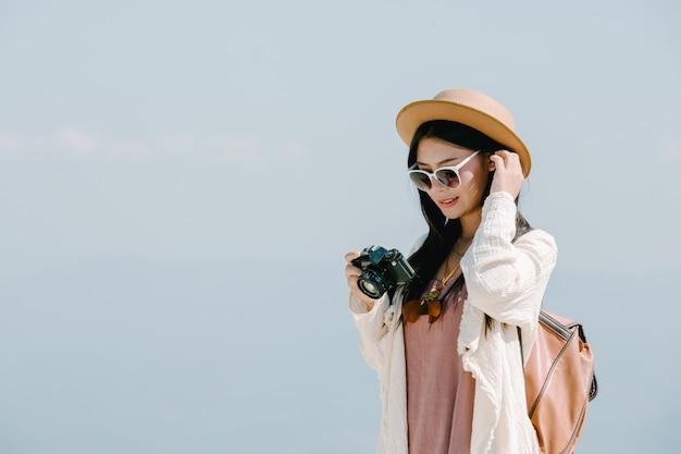 Weibliche touristen, die fotos von der atmosphäre machen