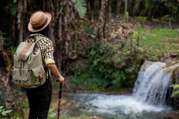 Weibliche touristen genießen den wald.