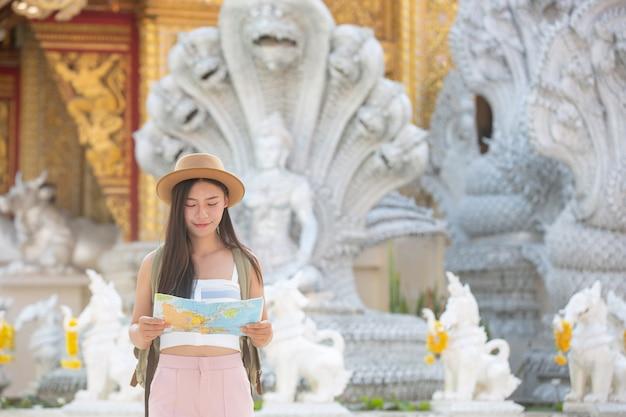 Weibliche touristen halten eine karte, um orte zu finden.