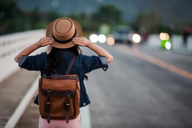 Weibliche touristen streckten die arme aus