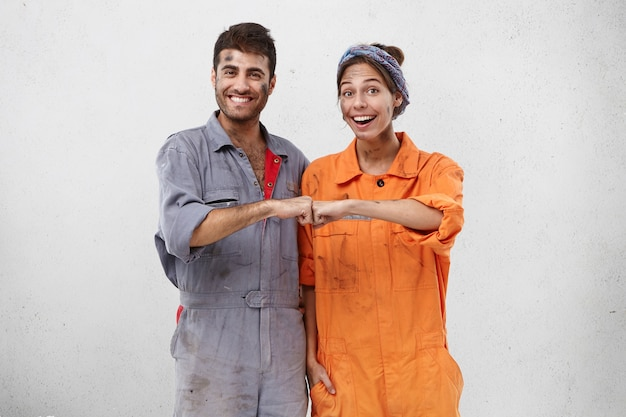 Weibliche und männliche arbeiter, die arbeitskleidung tragen
