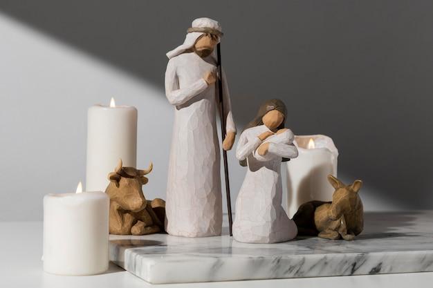 Weibliche und männliche figur des dreikönigstags mit vieh und baby