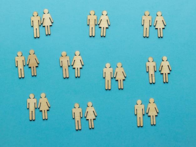 Weibliche und männliche figuren paarweise auf blauem grund geteilt.