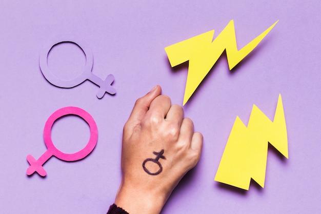 Weibliche und männliche geschlechtszeichen an hand gezeichnet