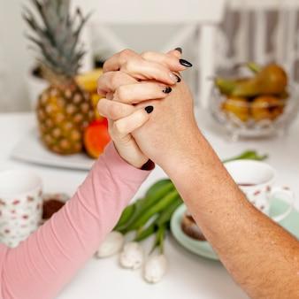 Weibliche und männliche hand, die zusammenhält