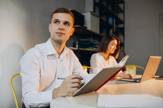 Weibliche und männliche kollegen, die im büro arbeiten
