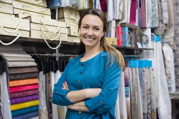Weibliche verkäuferin, innenarchitekt im ausstellungsraum