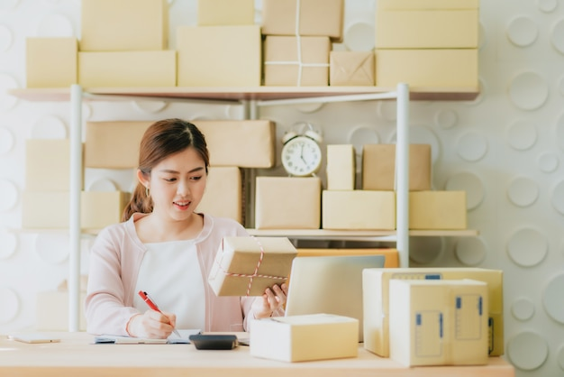 Weibliche vorbereitung der bestellung für die lieferung