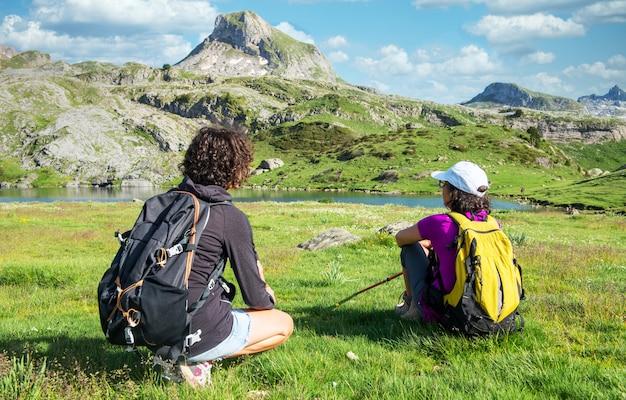Weibliche wanderer, die im berg ruhen