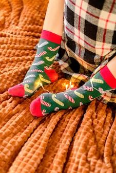 Weibliche weihnachtssocken auf bett