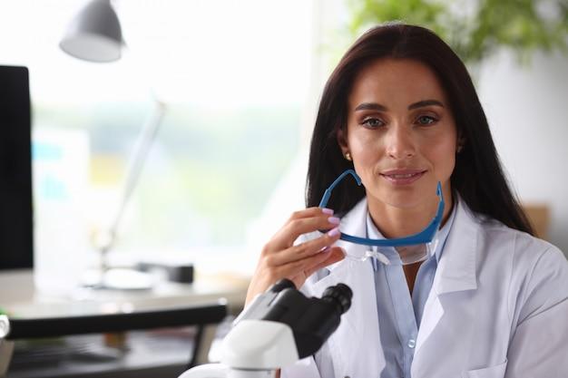 Weibliche wissenschaft chmist porträt aganist chemie