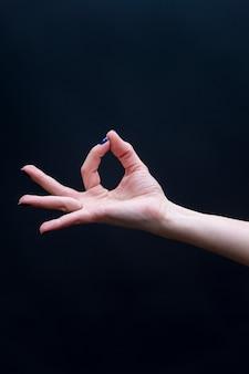 Weibliche yoga mudra hand