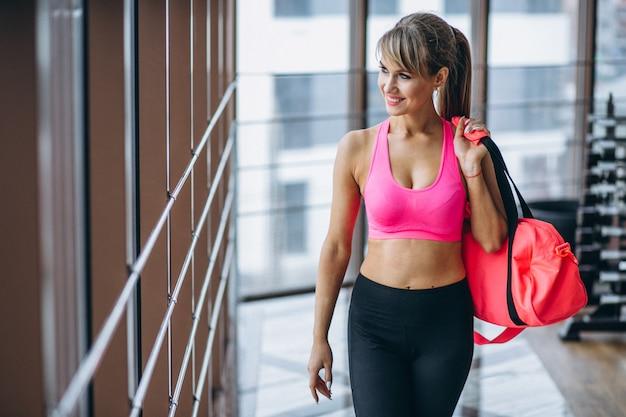 Weibliche yoga-trainerin