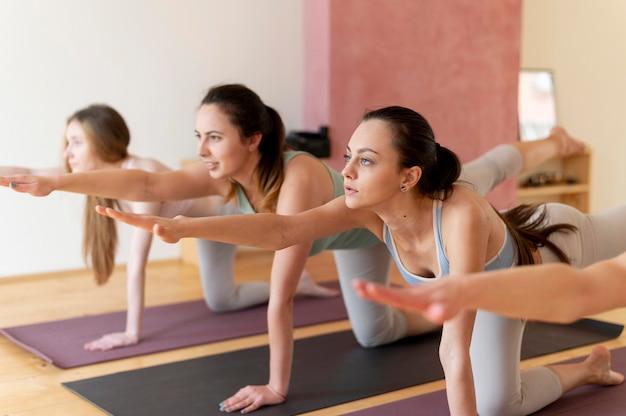 Weibliche yogalehrerin, die klasse unterrichtet