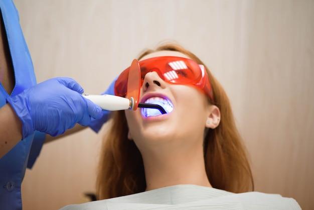 Weibliche zahnärzte, die patienten behandeln