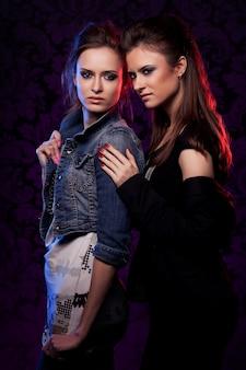 Weibliche zwillinge im bunten licht