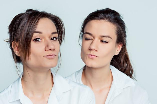 Weibliche zwillinge posieren