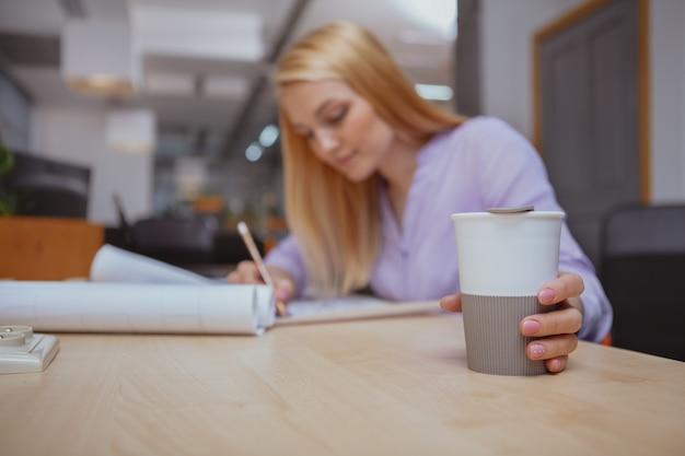 Weiblicher architekt, der im büro arbeitet
