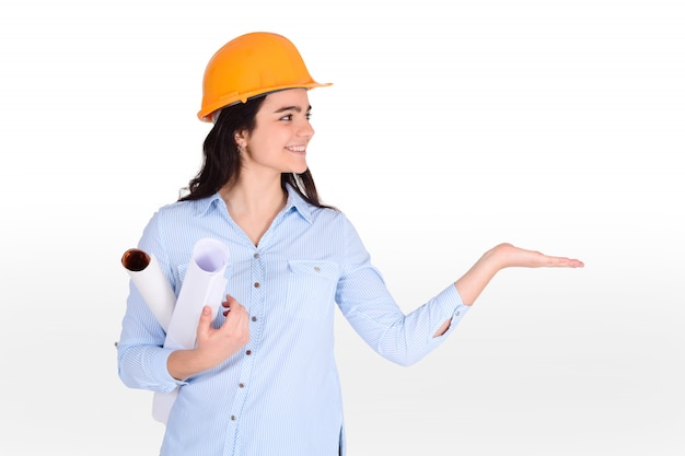 Weiblicher architekt, der plan hält.