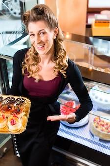 Weiblicher bäcker in der konditorei