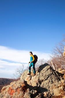 Weiblicher bergsteiger, der in die ferne schaut