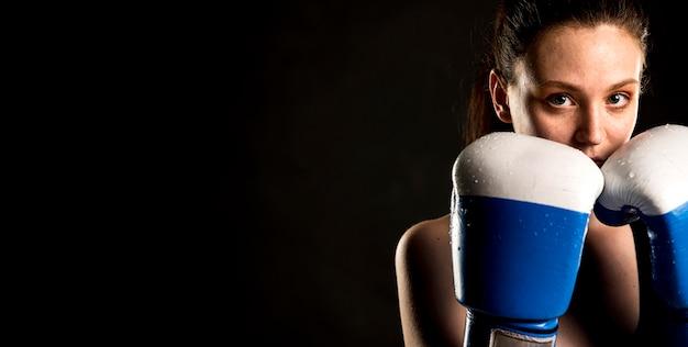 Weiblicher boxer, der mit kopienraum aufwirft
