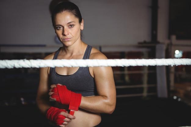 Weiblicher boxer, der roten riemen am handgelenk trägt