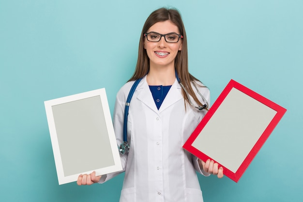 Weiblicher brunettedoktor in den gläsern mit feldern