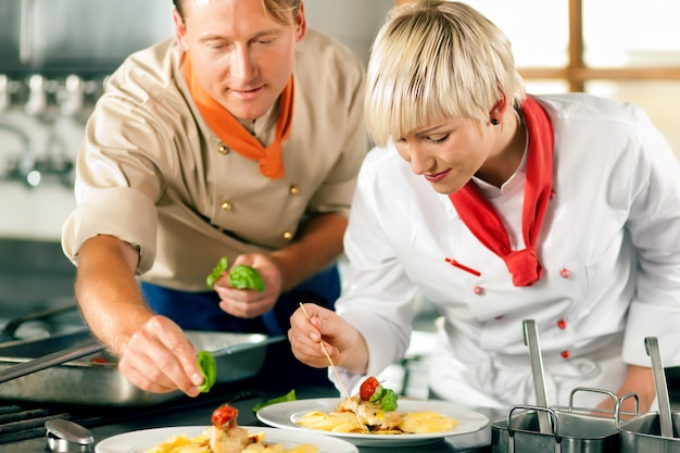 Weiblicher chef in einem restaurantküchenkochen