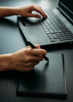Weiblicher designer, der mit grafiktablett im modernen büro arbeitet