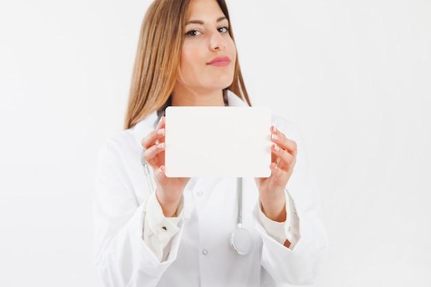 Weiblicher doktor zeigt papier