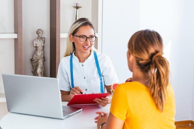 Weiblicher ernährungswissenschaftler, der dem patienten beratung gibt