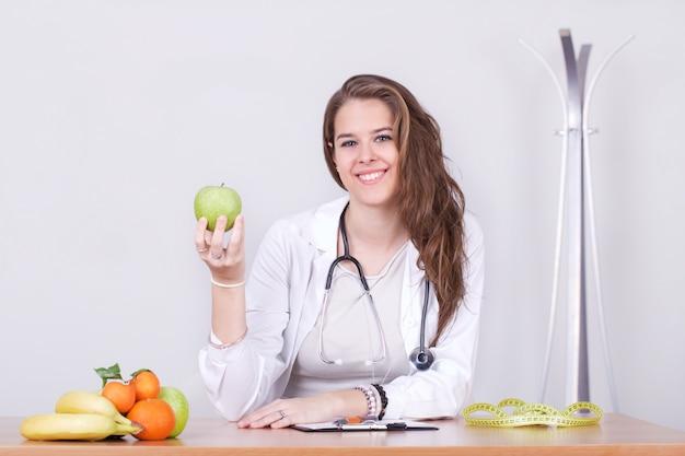 Weiblicher ernährungswissenschaftler, der in ihrem studio arbeitet