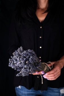 Weiblicher florist, der frischen blumenstrauß mit lavendel bindet