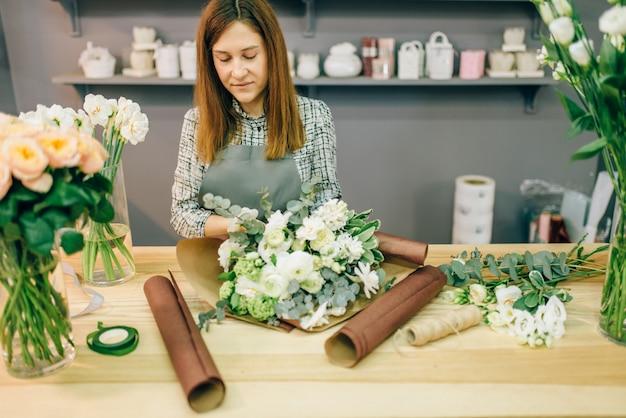 Weiblicher florist schmücken frische blumenzusammensetzung