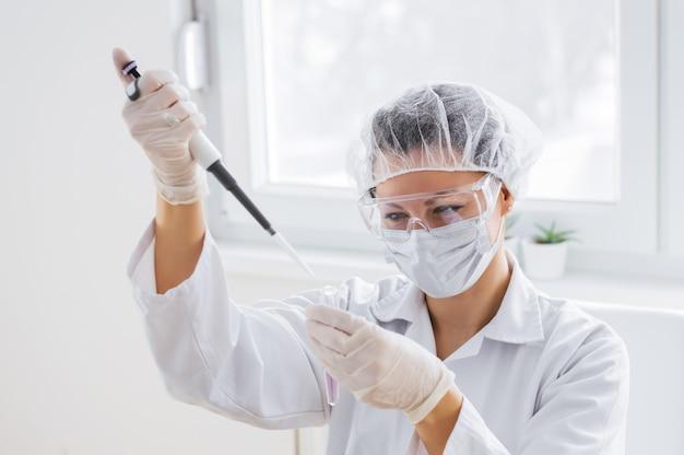 Weiblicher forscher, der in einem labor arbeitet