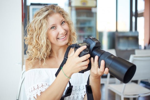 Weiblicher fotograf, der in der städtischen umwelt arbeitet