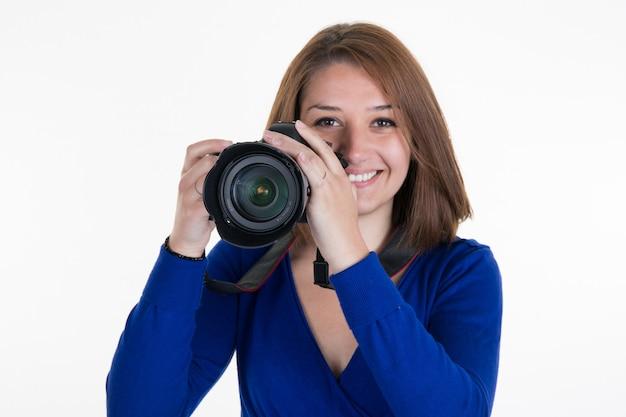 Weiblicher fotograf shooting you lokalisierte auf weiß