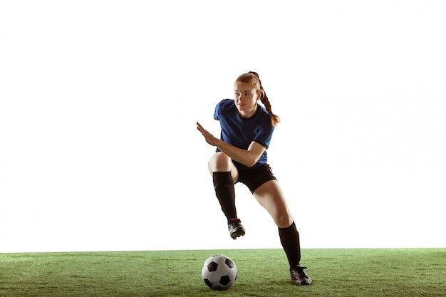 Weiblicher fußball, fußballspieler, der ball tritt, training in aktion und bewegung lokalisiert auf weißem hintergrund