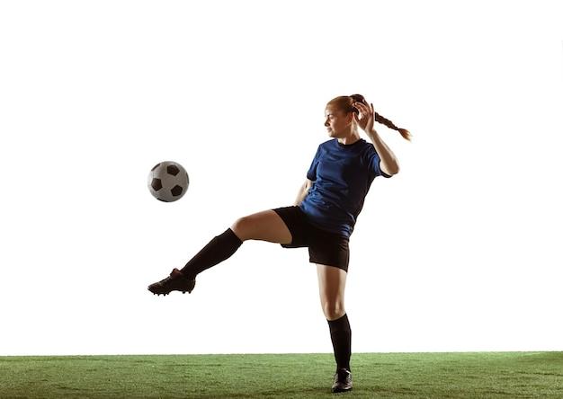 Weiblicher fußball, fußballspieler, der ball tritt, training in aktion und bewegung
