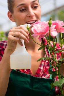 Weiblicher gärtner im gemüsegarten oder in der kindertagesstätte