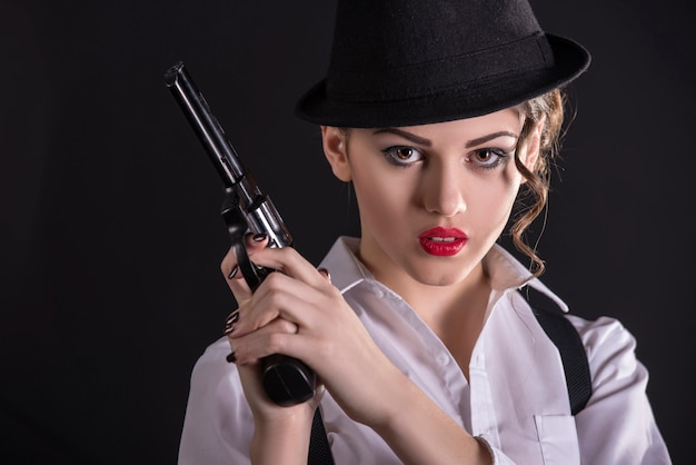Weiblicher gangster, der die gewehr hält