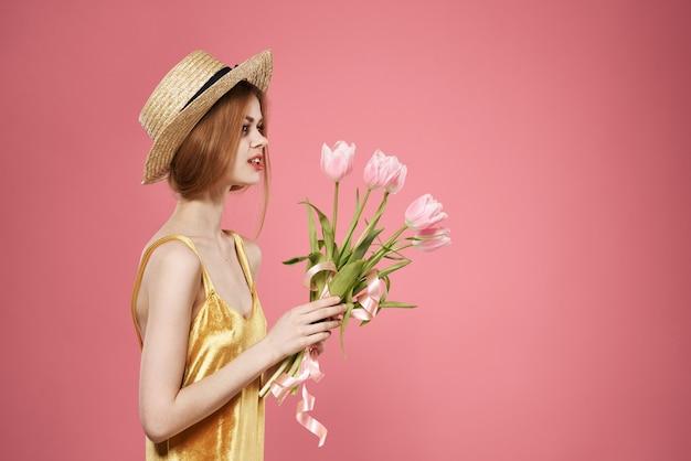 Weiblicher goldener hintergrund des weiblichen goldenen kleidfeiertags der frau blüht rosa hintergrund