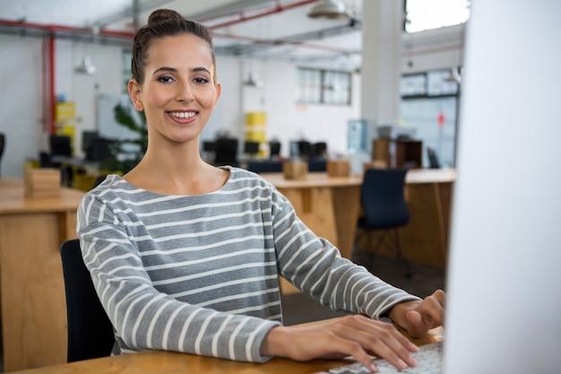 Weiblicher grafikdesigner, der am schreibtisch arbeitet
