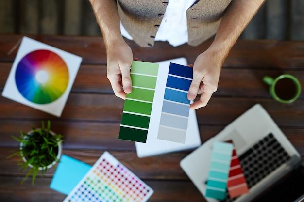 Weiblicher grafikdesigner, der pantone farben wählt