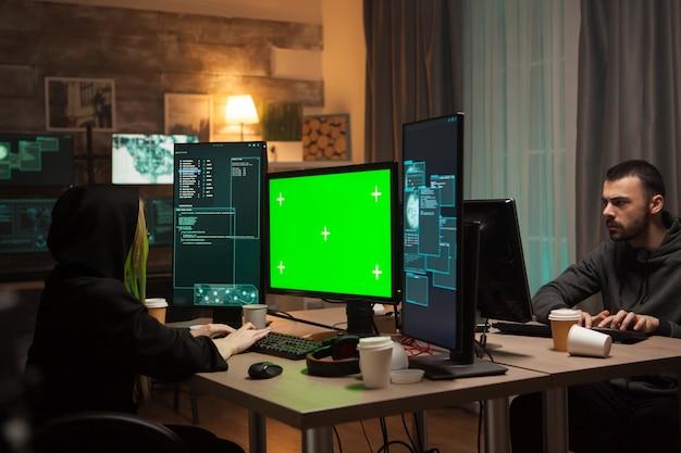 Weiblicher hacker, der einen bösartigen virus gegen eine firewall schreibt. cyber-terrorist.