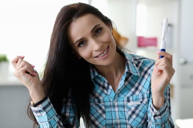 Weiblicher haltener ölmessstab in der hand