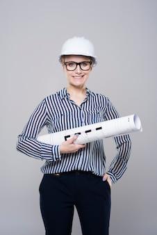 Weiblicher ingenieur auf grauem hintergrund