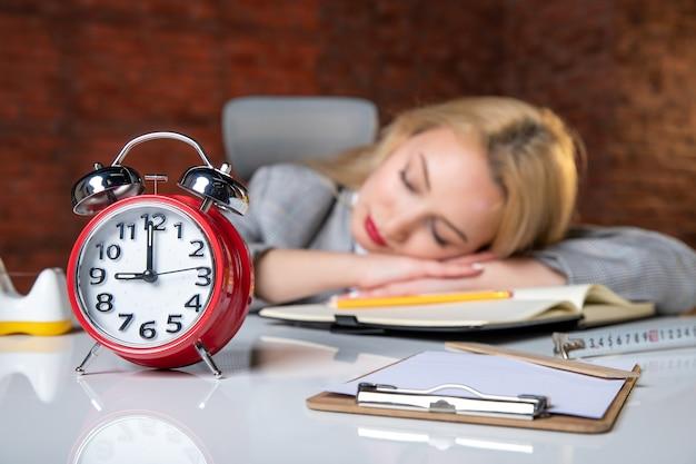Weiblicher ingenieur der nahaufnahmeansicht, der hinter ihrem arbeitsplatz schläft