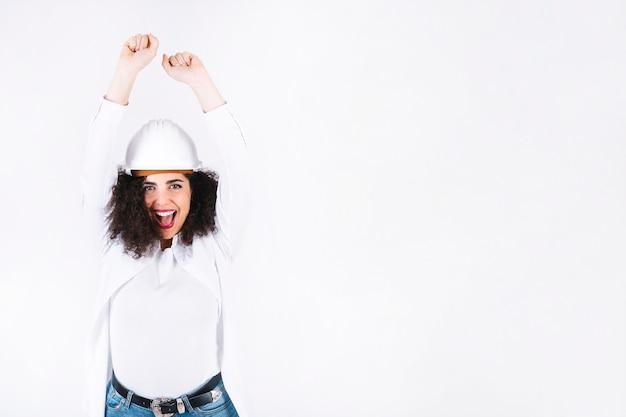 Weiblicher ingenieur, der über sieg sich freut